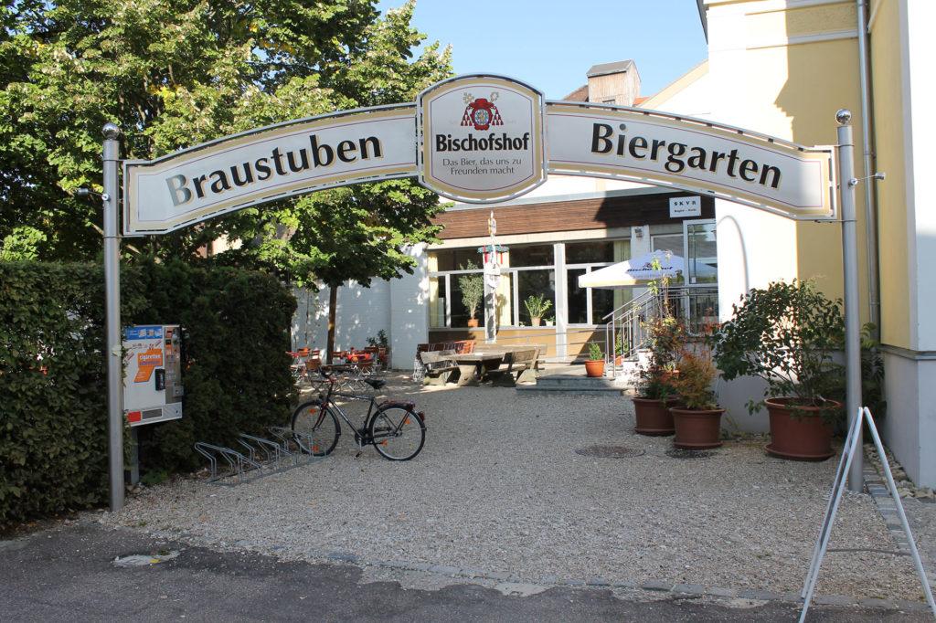 Bischofshof-Braustuben-Biergarten-mit-Hopfen_2
